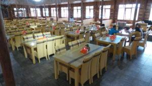 KONSEP tempat duduk Rumah Makan Emte Higland Resort Ciwideuy, seperti berada di Rumah Makan Hotel Berbintang Lima. ( Saufat Endrawan/ OPININEWS.COM )